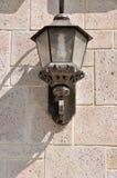 A parede na textura caracterizada com lâmpada sozinha anexou Imagens de Stock