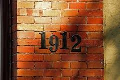 A parede numerada de uma casa velha sobre 100 anos velho foto de stock royalty free