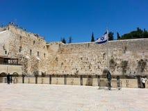 Parede ocidental no Jerusalém no tempo do dia e no céu azul imagem de stock
