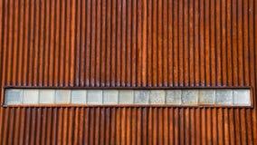 Parede ondulada do metal com fileira dos blocos de vidro Foto de Stock Royalty Free