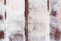 Parede oxidada da garagem do metal com pinceladas da pintura e de listras verticais foto de stock