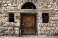 Parede, porta, e Windows libaneses velhos Imagem de Stock