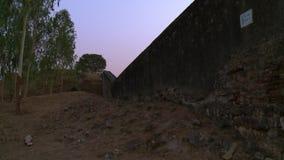 A parede que separa a citadela de uma terra seca vídeos de arquivo