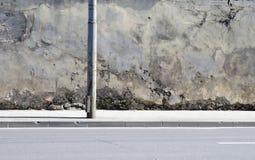 A parede quebrada próximo à estrada Fotos de Stock