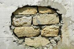 Parede rachada Parede de tijolo emplastrada danificada imagem de stock royalty free