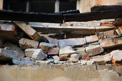 Parede rachada quebrada feita dos tijolos Imagens de Stock