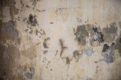 Parede rachada suja do cimento Imagem de Stock