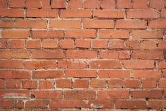 A parede rachada velha de um tijolo vermelho Foto de Stock