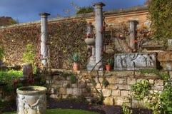 Parede romana no jardim do castelo de Hever imagem de stock