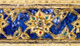 Parede tailandesa da arte do teste padrão de mosaico, fundo da textura Fotos de Stock Royalty Free