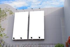 Parede vazia da placa do cartaz com espaço da cópia para sua mensagem de texto no shopping moderno em um dia nebuloso Fotografia de Stock