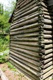A parede velha autêntica da cabana rústica de madeira com lama calafeta Foto de Stock
