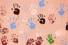 Parede velha com as cópias multi-coloridas das palmas Fotografia de Stock