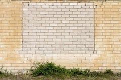 Parede velha com bricked acima das janelas Imagens de Stock Royalty Free