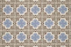 A parede velha com a decoração portuguesa tradicional telha o azulezhu em tons azuis e marrons em um fundo bege fotos de stock
