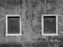 Parede velha com duas janelas Foto de Stock Royalty Free