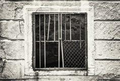 Parede velha com a janela barrada, preto e branco imagens de stock royalty free