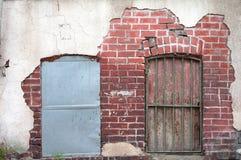 Parede velha com portas oxidadas Fotos de Stock