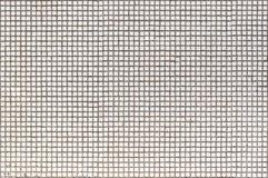 A parede velha da casa é decorada com um mosaico branco pequeno fotografia de stock royalty free