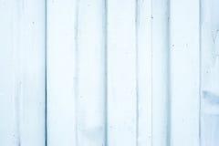 Parede velha da folha da ondinha do metal branco, fundo da textura fotos de stock