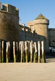 Parede velha da fortaleza e estacas de madeira em Saint-Malo Fotografia de Stock Royalty Free