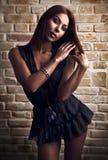 Parede velha da ruptura próxima lindo 'sexy' da mulher nova Imagem de Stock Royalty Free