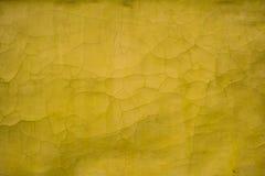 Parede velha da textura amarela com quebras imagens de stock royalty free
