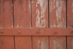 Parede velha das pranchas de madeira pintadas com pintura com tira do ferro Fotografia de Stock Royalty Free