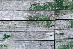 A parede velha de pranchas de madeira com pintura rachou-se Imagem de Stock Royalty Free