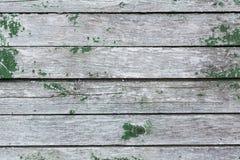 A parede velha de pranchas de madeira com pintura rachou-se Foto de Stock Royalty Free