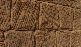 Parede velha de uma ruína, construída dos blocos de arenito, com muitos sulcos diagonais, teste padrão, textura foto de stock royalty free