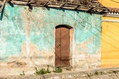 Parede velha, desintegrando-se da casa, América Central fotos de stock