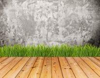 Parede velha e grama verde no assoalho de madeira fotografia de stock royalty free