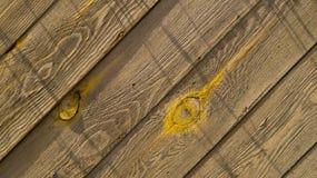 Parede velha feita de placas de madeira, textura diagonal foto de stock