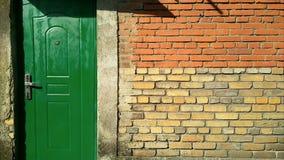 Parede verde da porta e de tijolo Imagens de Stock Royalty Free