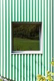 Parede verde e branca das listras, estilo moderno fotos de stock