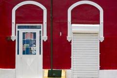 Parede vermelha colorida e portas brancas, arquitetura colonial em Venez Imagem de Stock