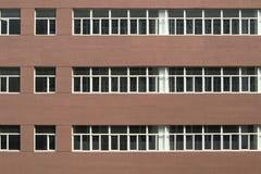Parede vermelha com janelas Fotos de Stock Royalty Free