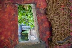 Parede vermelha com rede e a janela aberta Fotos de Stock Royalty Free
