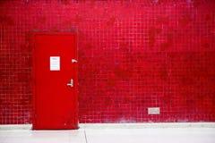 Parede vermelha da porta e do mosaico Foto de Stock Royalty Free