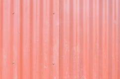 Parede vermelha do metal, parede industrial com algumas ondinhas e parafusos Fotografia de Stock Royalty Free
