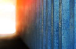 Parede vertical do metal com fundo de incandescência da luz fotos de stock