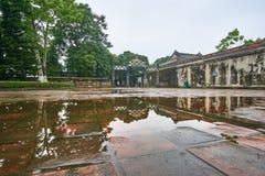 Parede vietnamiana tradicional do tempel com pinturas coloridas na cidade imperial da matiz, Vietname imagem de stock