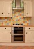 Parede vitrificada da telha na cozinha moderna Imagem de Stock