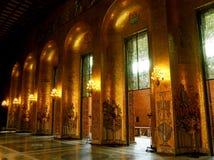 Paredes adornadas por los mosaicos de oro del Pasillo de oro, donde ocurren las ceremonias del Premio Nobel cada año, ayuntamient foto de archivo libre de regalías