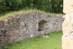 Paredes alrededor de la mazmorra en el castillo Checo Sternberk imagenes de archivo