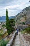 Paredes antiguas de la fortaleza sobre Kotor y la bahía de Kotor, Montenegro Imagen de archivo libre de regalías