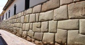 Paredes antiguas del inca como fundaciones de Cusco moderno Imagenes de archivo