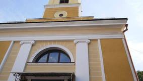 Paredes brancas das cúpulas douradas da igreja, cruzes Céu azul em um fundo filme