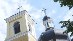 Paredes brancas das cúpulas douradas da igreja, cruzes Céu azul em um fundo video estoque